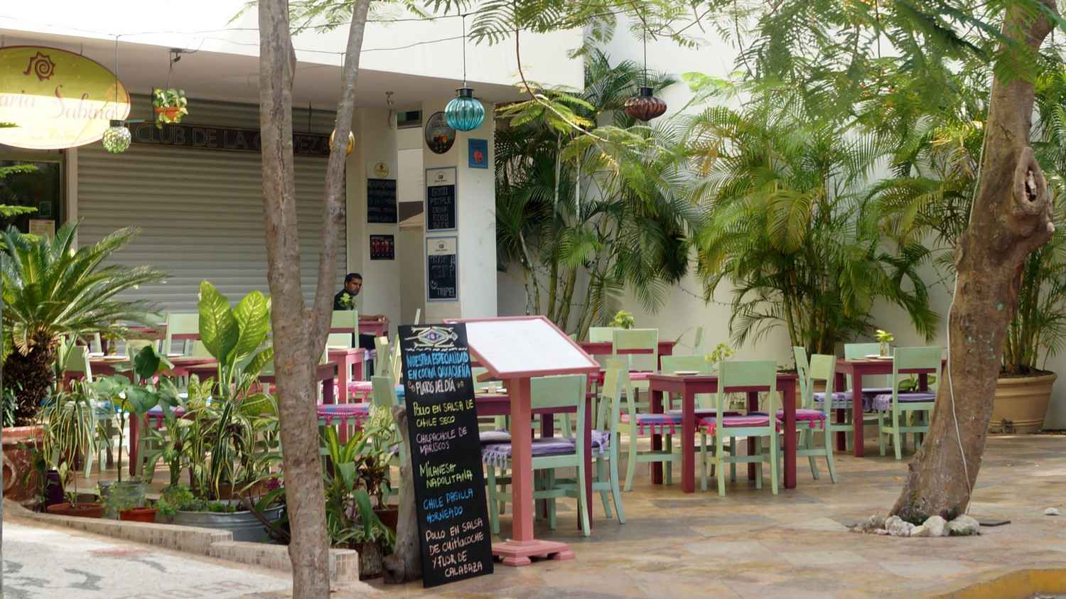 A small outdoor restaurant in downtown Playa Del Carmen serving healthy food.