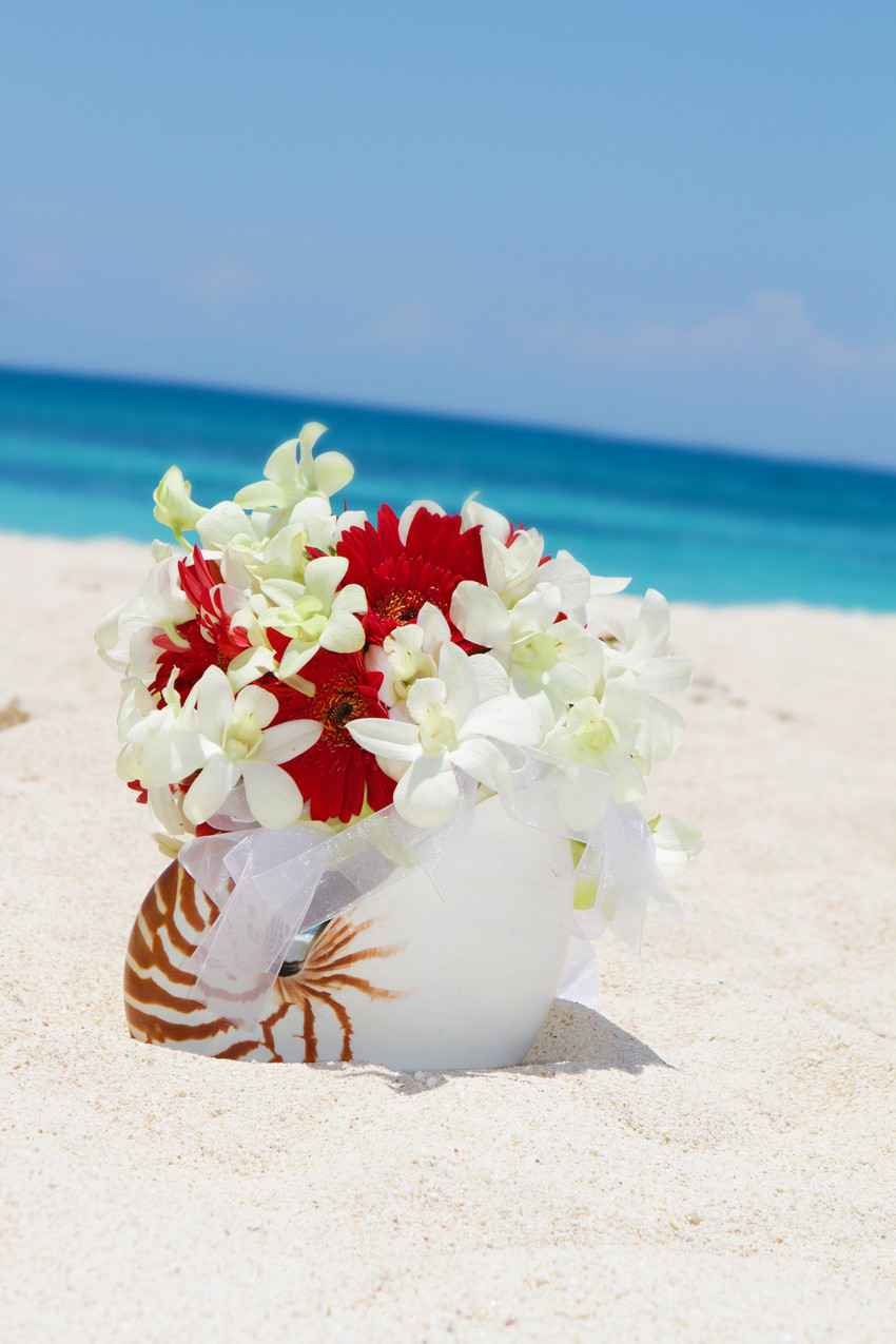 An amazing swan flower bouquet on the beach.