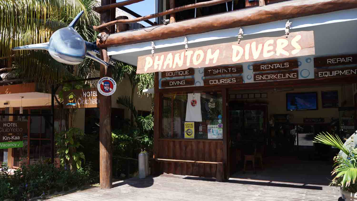 entrance-of-phantom-dive-shop