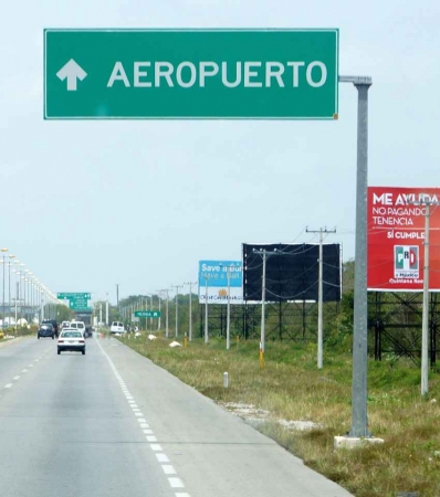 An airport sign in Spanish